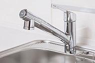 ワンタッチで切り替え可能な浄水機能付の混合水栓を採用。便利なホース引き出し式です。