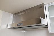 吸気力の高いレンジフードファンを採用。煙を素早く吸入するので、キッチンの美しさを保ちます。