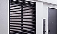 プライバシーに配慮し、共用廊下に面した窓に可動ルーバー面格子を設置。風や光の調節も可能です。