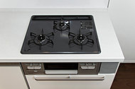 傷がつきにくく美しいガラストップコンロを標準装備。お掃除もしやすくいつも清潔なキッチンを保ちます。