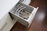上から楽な姿勢で食器の出し入れができるオープン食器洗い乾燥機。5人分の収納が可能です。