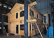 地震に強いと言われる木造2×4住宅の、1.5倍の強度を持つスチールハウスの壁パネルやドリルねじ。これらを使った、高耐震性が自慢です。※(1)