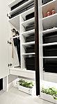 玄関には大容量の下足入れを設置。ビジネスシューズからブーツまで様々は高さの靴を収納することができます。