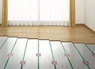 ふく射熱により自然な温かさのTES温水式床暖房を採用。チリやホコリを巻き上げることもなく、空気を汚しません。