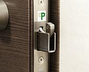 鎌型デッドボルトが枠に引っかかることで、外部からバールなどを使用した玄関ドアの不正解錠を困難にします。