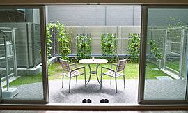 1階住戸には、戸建て感覚を楽しめる専用庭をご用意。南からの陽光に包まれた空間で、趣味のガーデニングはもちろん、住まう方のライフスタイルに合わせて楽しめます。※専用庭内のイス・テーブル等は常設できるものではありません。
