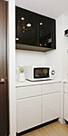 キッチン天板は人造大理石で、耐久性に優れ、吸水性も低いため、メンテナンスも簡単です。また収納扉についても耐久性に優れた仕様です。