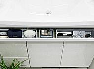 洗面ボウルの下には、手前に開く「スマートポケット」を用意しました。メイク用品の収納に最適です。