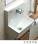 清潔で使い勝手の良い手洗い器とミラーを設置しています。下部収納には掃除用具も収納できます。