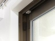 防犯設定時に玄関や窓が開けられるとセンサーが反応し、住戸内情報盤が警報を発し、フロントオフィスを経由して警備会社へ通報されます。