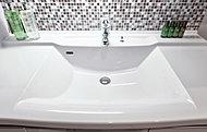 光沢のある人造大理石カウンターは、洗面スペースをおしゃれに演出。ボウルとの一体成型により継ぎ目がなく、お手入れが簡単です。