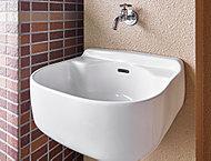 バルコニーに設けたスロップシンクは、スニーカーやアウトドアグッズなどを洗う時に大活躍。ガーデニングの水やりにも重宝します。