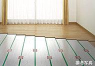 室内の塵などの巻き上げを減らし、空気を汚すことなく足元からやさしく暖めるTES温水式床暖房システムをリビング・ダイニングに設置しています。