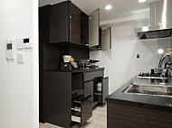 可動式のスライドカウンターを設けた食器棚を標準でご用意しました。