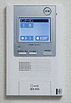 受話器を持たずに来訪者を映像と音声により確認できるハンズフリータイプです。留守中の来訪者の用件を録音することもできます。