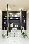 三面鏡の裏側には化粧品やヘアケア用品が収納できるスペースをご用意。