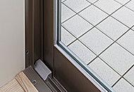 2枚の板ガラスの間に空気層を設けたペアガラスを採用。建物の断熱性能を向上させることで冷暖房効率を高めます。