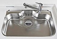 パスタ鍋などの大型キッチン用品も楽に洗えるワイドタイプのステンレス製シンク。はねかえり音などを軽減する静音仕様です。