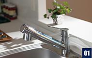 シンクのお掃除にも便利な引出し式ヘッド付きの浄水器内蔵型シャワー水栓を採用しました。