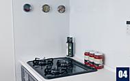 キッチンのコンロ周りは汚れにくく掃除も簡単なキッチンパネルを採用しました。マグネットを使った小物も簡単に取り付けられます。