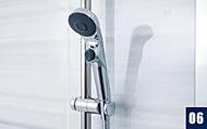 手元スイッチで水流を止めることができ、節水効果があるワンストップ付シャワーヘッドを採用。