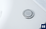 浴槽上部のボタンを押すだけで排水栓が開閉。無理な姿勢で排水栓を抜く必要がありません。