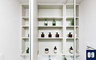 三面鏡の裏には収納スペースを設けました。歯ブラシや小物など洗面まわりをスッキリと整理できます。