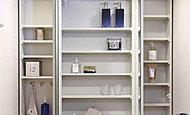 洗面用の小物類を整理整頓して収納できる鏡裏収納。三面鏡には曇り止めヒーターを採用し、お湯を出しても鏡が曇ることがありません。