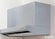 吸い込み速度をアップさせ、お手入れが簡単なホーロー整流板付を採用。フード外へ逃げようとする油煙を捕らえ、空気をクリーンに保ちます。