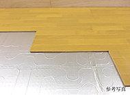 室内の空気を汚さず、足元から部屋全体を温めます。床面から温めるので、吹き出しによるほこりが立たず、快適な暖房効果が得られます。