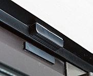 窓にマグネット式の防犯センサーを設置。作動中に窓が開くとセンサーが感知し、警報音で知らせます。同時に、警備会社へも即時通報します。