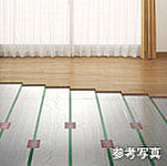 リビング・ダイニングの床には、温風によるほこりの巻き上げや空気乾燥の心配のいらない床暖房を設置しました。