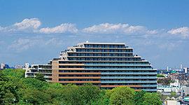 全223邸のスケールを誇る15階建ての重厚な佇まい。外観デザインは、ブラウン系のタイルをベースに濃い色の基壇部から淡い色の上層部にかけ、異なるアースカラーを重ねることで大地の地層のような安定感を表現。