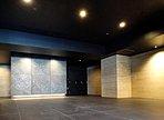 石床貼りのエントランスホール