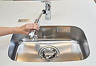 シンクのお手入れに便利なハンドシャワー付。※カートリッジの交換はお客様の負担となります。