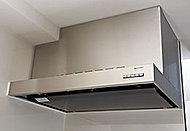 煙を逃がさないホーロー整流板は、油汚れも簡単に拭き取れ、機能性にも優れています。