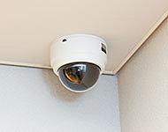 敷地内のエントランスなどに安心の録画機能付の防犯カメラを設置しています。