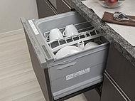 家事の時間短縮や、節水効果も期待できるキッチンにすっきり収まったビルトイン型食器洗浄乾燥機を採用しました。