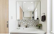 インテリア性に優れた、ホテルライクな洗面化粧台をデザインしています。 ※背面のモザイクタイルはワンズセレクトです。