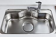 パスタ鍋などの大型キッチン用品も楽に洗えるワイド800mmのステンレス製シンク。はねかえり音などを軽減する静音仕様です。