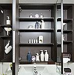 正面と左右三方から姿を見られる三面鏡の裏側には、化粧品等が収納できるスペースとドライヤーを引っ掛けることができるフックをご用意しています。