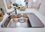 小物置き付きの大容量シンク。水ハネ音や落下音などを軽減する静音シンクを採用。