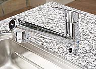 浄水器が一体となっているので場所をとりません。伸びるシャワーヘッドで、お掃除も楽々。浄水でシャワーも使用できます。