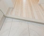 タイル貼りの玄関床。上質な装いを演出し、いつまでも美しく保つことができます。