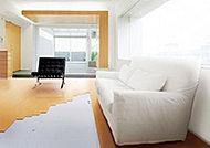 リビングには足元から優しい温もりを広げる床暖房を採用。ホコリを巻き上げず清潔で快適です。