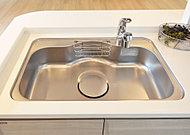 キッチンシンクは、フライパンや中華鍋などもスムーズに洗える、ゆとりあるサイズに。洗剤やスポンジ用のポケットもセットしています。