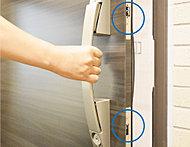 玄関ドアには、バールなどによる不正解錠を防ぐ鎌付デットボルト錠を採用。防犯サムターンも採用するなど、入念な防犯対策を施しています。