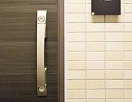 玄関ドアに上下2ヶ所の鍵穴を設けたダブルロックドアを採用しました。不正な解錠には時間がかかるため、侵入を抑制する効果があります。