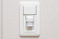 人の動きに反応し、自動で照明を点灯させる人感センサーを設置。自動消灯するので消し忘れもありません。
