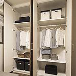 収納したい物に合わせて棚のピッチを変更できるシステム収納を採用していますので、使い勝手に優れています。